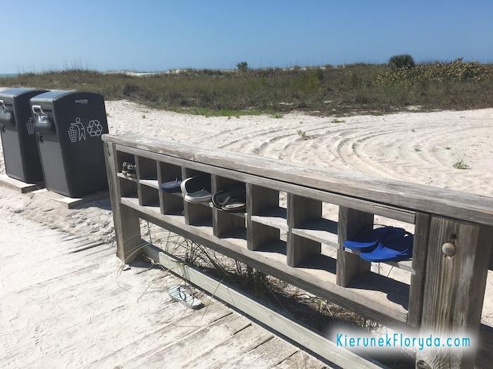 Półka na buty przy plaży